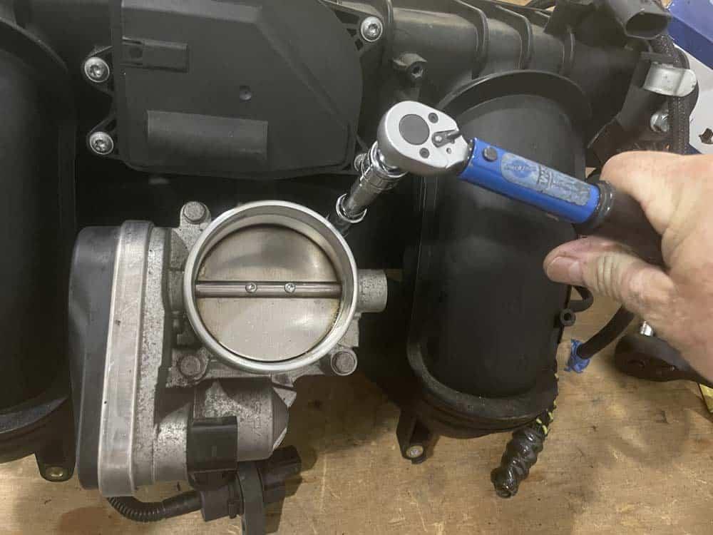 bmw n52 disa valve repair - Torque the throttle body bolts