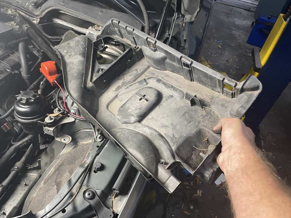 Remove the left cabin filter housing (xDrive models only)