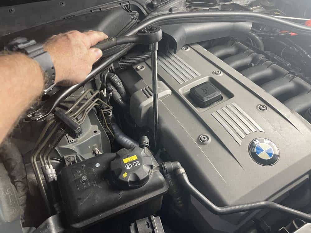 bmw e60 engine mount replacement - Remove the right engine mount bolts
